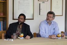 ノーベル平和賞受賞者のパチャウリ博士がコロンビアのコーヒー農園を視察